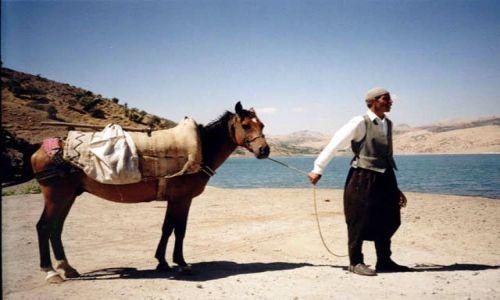 TURCJA / brak / Rzeka Eufrat - niedaleko Siverek / Rzeka Eufrat i okoliczny mieszkaniec z koniem