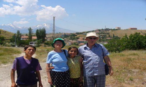 Zdjecie TURCJA / jedna z wiosek tureckich / Kapadocja / Ja z małżonką oraz młodzi mieszkańcy Turcji