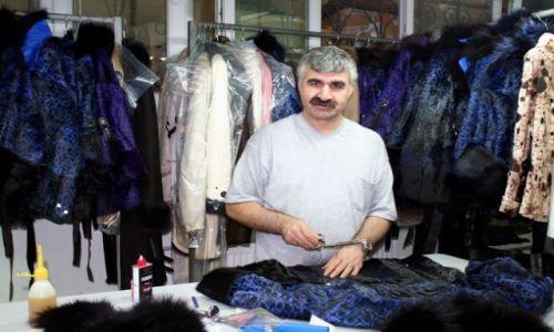 Zdjecie TURCJA / - / Stambuł / Krawiec w fabryce kożuchów
