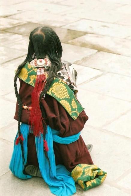 Zdjęcia: przed świątynią Jokhang, Lhasa, Korale i turkusy, TYBET