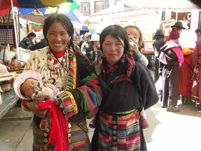 Zdj�cia: Ulica  Lhasy, Lhasa, Kobiety z dzie�mi, TYBET