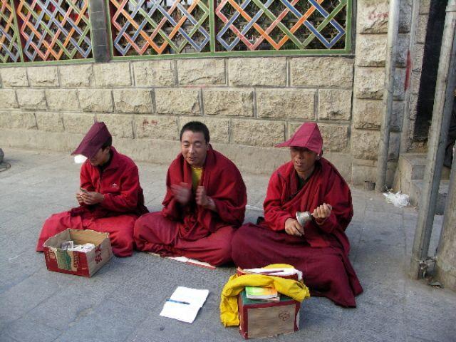 Zdjęcia: Ulica  Lhasy, Lhasa, Prosimy o juana.., TYBET