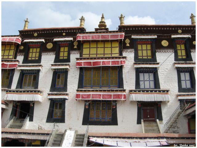 Zdjęcia: okolice Lhasy, Tybet, Okna klasztoru Drepung, TYBET