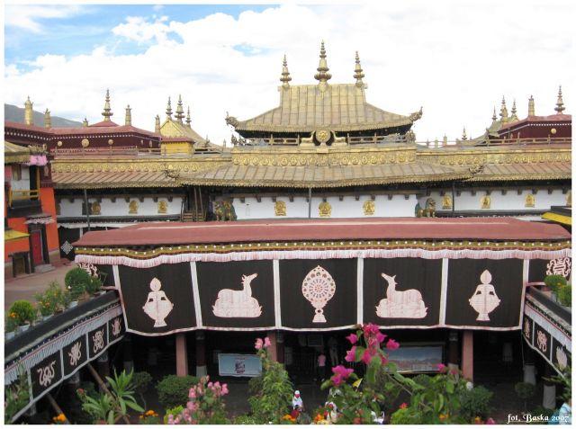 Zdjęcia: Lhasa - Jokhang, Tybet, Dziedziniec świątyni, TYBET