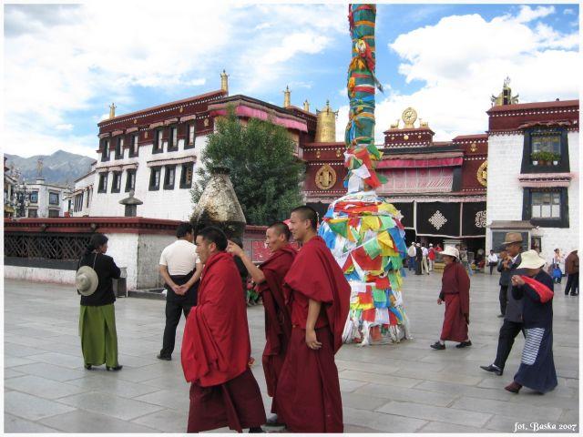 Zdjęcia: Lhasa - Jokhang, Tybet, Pielgrzymi , TYBET