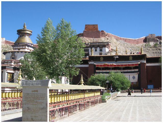 Zdjęcia: Gyantse, Tybet południowy, Palkhor na tle dzongu, TYBET