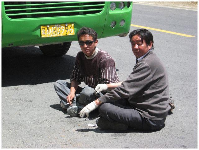 Zdjęcia: w drodze do Shigatse, Tybet południowy, Przerwa na papierosa, TYBET