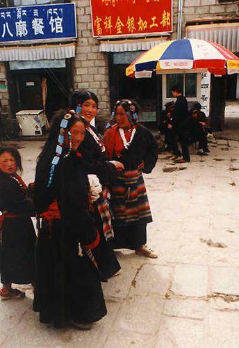 Zdj�cia: Lhasa, Pielgrzymi przy �wi�tyni Jokhang, TYBET