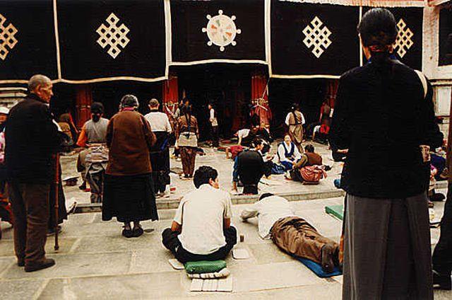 Zdjęcia: Lhasa, Pielgrzymi przy świątyni Jokhang, TYBET