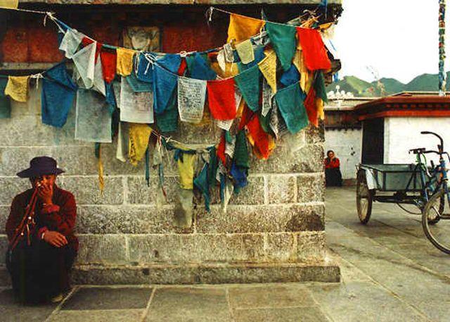 Zdjęcia: Lhasa, czekając na rytuały przed świątynią Jokhang, TYBET