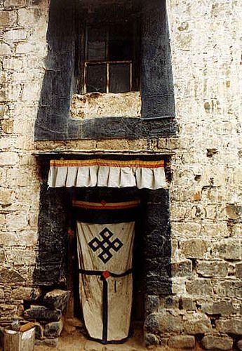 Zdjęcia: Lhasa, typowe tybetańskie drzwi, TYBET
