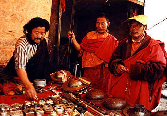 Zdjęcia: Lhasa, mnisi na bazarze, TYBET