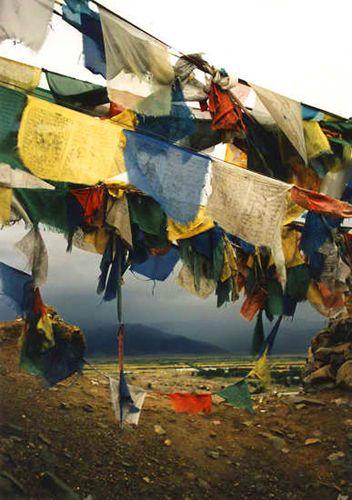 Zdjęcia: Xigaze, flagi modlitewne na wzgórzu, TYBET