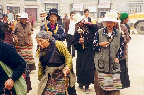 Zdjęcia: Świątynia Jokhang, Tybet Południowy, Pielgrzymi przy świątyni Jokhang, TYBET