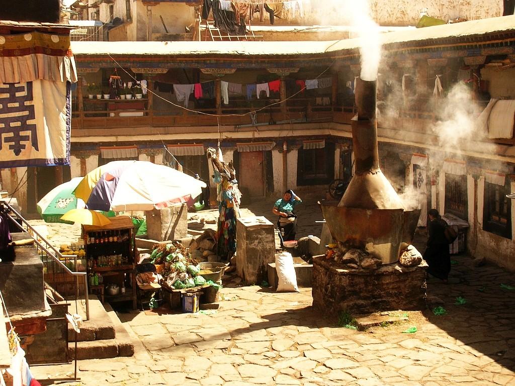 Zdjęcia: Lhasa, Lhasa, tybetańskie podwórze, TYBET