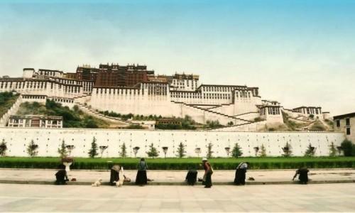 Zdjęcie TYBET / Tybetański Region Autonomiczny / Lhasa / Przed Pałacem Potala