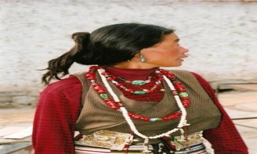 Zdjecie TYBET / Tybeta�ski Region Autonomiczny / Lhasa / Tybetanka 2