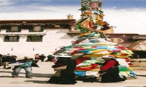 Zdjecie TYBET / Tybetański Region Autonomiczny / Lhasa / Przed świątynią