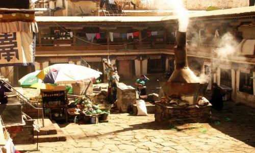 Zdjecie TYBET / Lhasa / Lhasa / tybetańskie podwórze