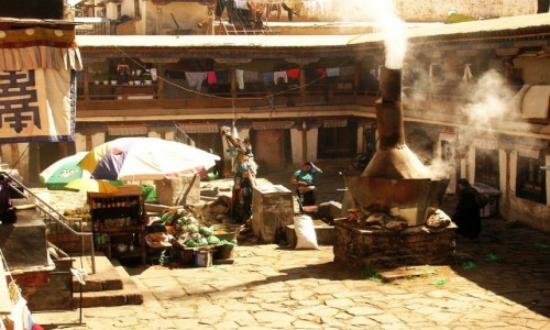 TYBET / Lhasa / Lhasa / tybetańskie podwórze