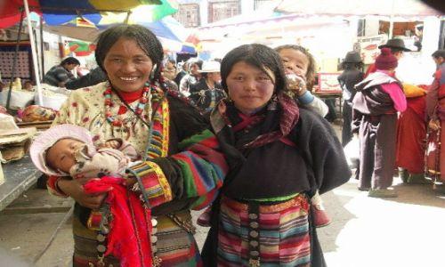 Zdjecie TYBET / Lhasa / Ulica  Lhasy / Kobiety z dziećmi