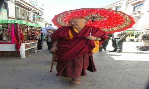 Zdjecie TYBET / Lhasa / Ulica  Lhasy /  Z parasolem