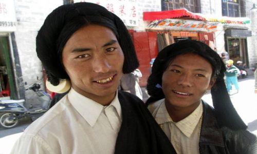 Zdjecie TYBET / Lhasa / Ulica  Lhasy / Przystojniacy