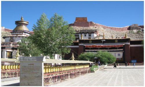 Zdjęcie TYBET / Tybet południowy / Gyantse / Palkhor na tle dzongu