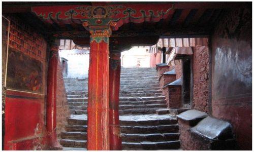 Zdjęcie TYBET / Tybet południowy / Shigatse - Tashilhunpo / Czerwona kolumna
