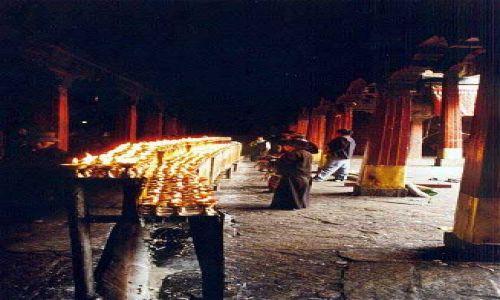 Zdjęcie TYBET / Tybet Południowy / Lhasa / Lampki ofiarne w świątyni Jokhang