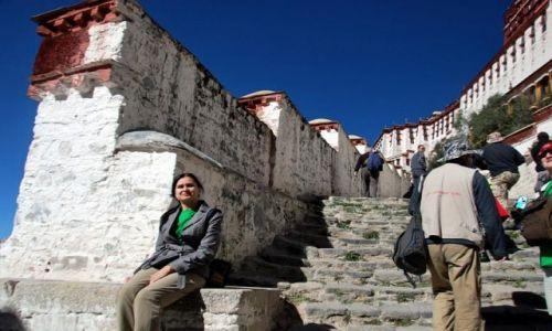 Zdjecie TYBET / - / Lhasa / Ja na tle Pałacu Dalajlamów w  Lhasa