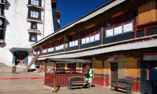 Zdjecie TYBET / - / Lhasa / Na dziedzińcu P
