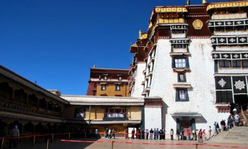 Zdjecie TYBET / - / Lhasa / Potala dziedziniec - codziennie zwiedza to miejsce dziesiątki turystów