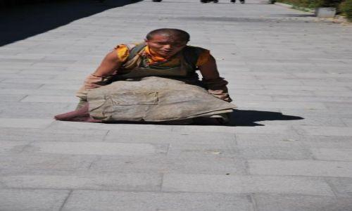 Zdjecie TYBET / - / Lhasa / Droga Pielgrzyma wokół Pałacu Potala - podnoszenie się pozycji