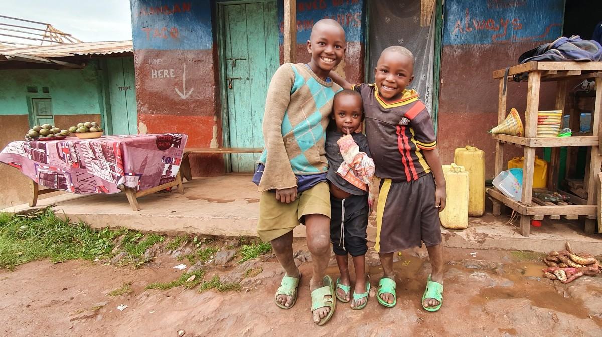 Zdjęcia: Ruhija , Biwindi , Uśmiechnięci chłopcy w wiosce na ponad 2200 m npm, UGANDA