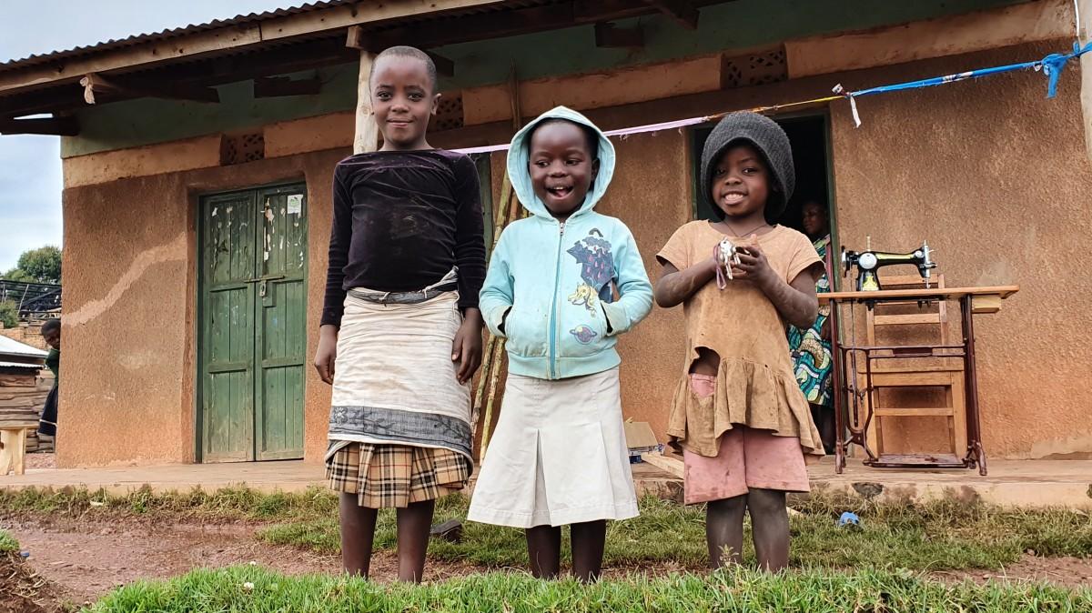 Zdjęcia: Ruhija , Biwindi , Uśmiechnięte dziewczynki w wiosce na ponad 2200 m npm, UGANDA