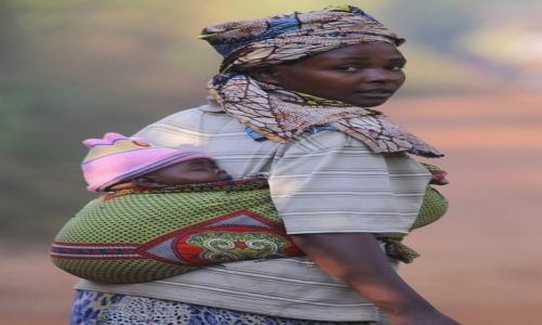 Zdjęcie UGANDA / Kibale / Bigodi / Z krasnalem na plecach