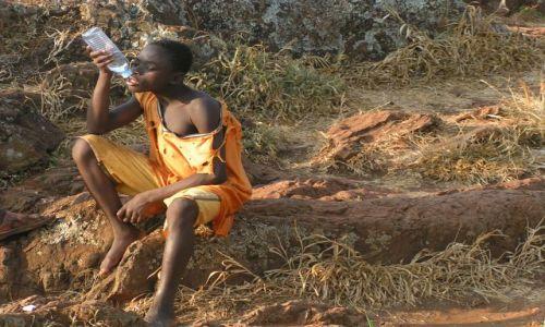 Zdjęcie UGANDA / brak / Jinja / chłopiec z butelką