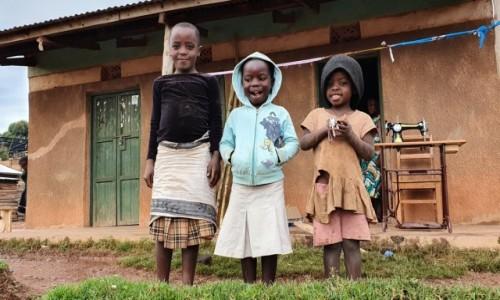 Zdjecie UGANDA / Biwindi  / Ruhija  / Uśmiechnięte dziewczynki w wiosce na ponad 2200 m npm