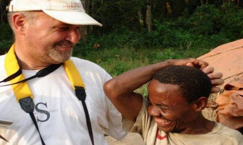 Zdjecie UGANDA / Płd.Zach.na granicy z Kongiem / Wioska Ntoroko / Uśmiech z Pigmejem
