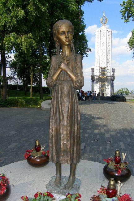 Zdjęcia: Kijów, Dziewczynka z Pomnika Wielkiego Głodu , UKRAINA