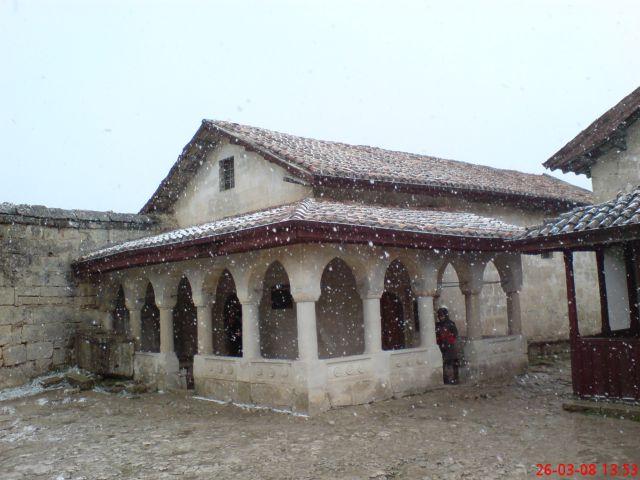 Zdj�cia: CZUFUT-KALE, KRYM, Karaimski dom modlitewny ( podczas zawieruchy ), UKRAINA