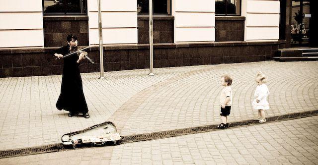 Zdjęcia: d. Stanisławów, Iwanofrankowsk, Pani gra, dzieci słuchają #1, UKRAINA