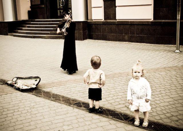 Zdjęcia: d. Stanisławów, Iwanofrankowsk, Pani gra, dzieci słuchają #2, UKRAINA