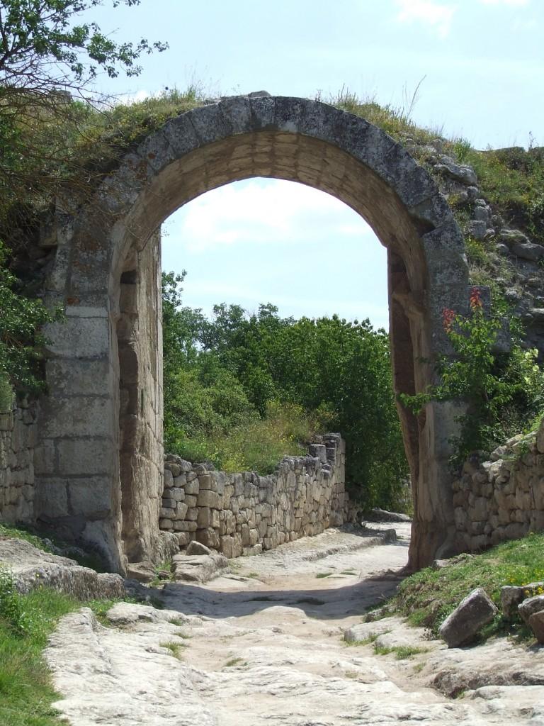 Zdjęcia: Bakczysaraj - Skalne Miasto Czufut-Kale, Krym, brama do miasta, UKRAINA