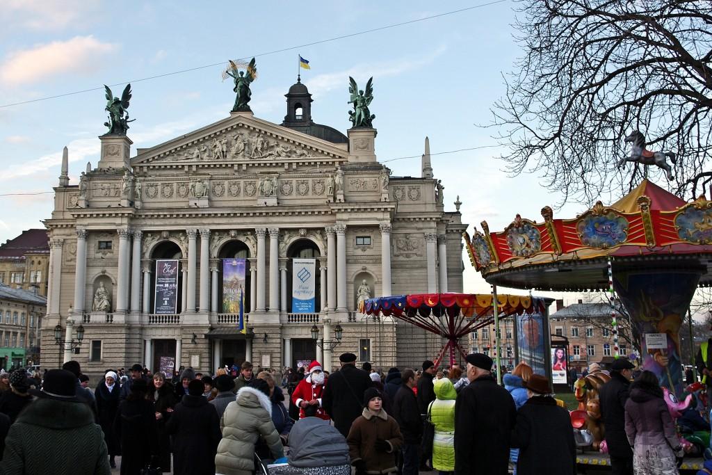 Zdjęcia: Lwów, Przed teatrem, UKRAINA