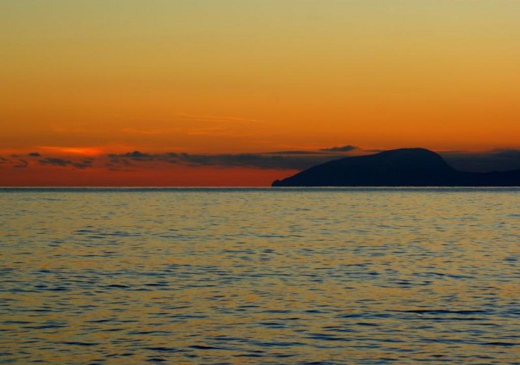"""Zdjęcia: Rybaczie, Krym, Konkurs: """"Zachód słońca z widokiem na Górę Niedźwiedź"""", UKRAINA"""