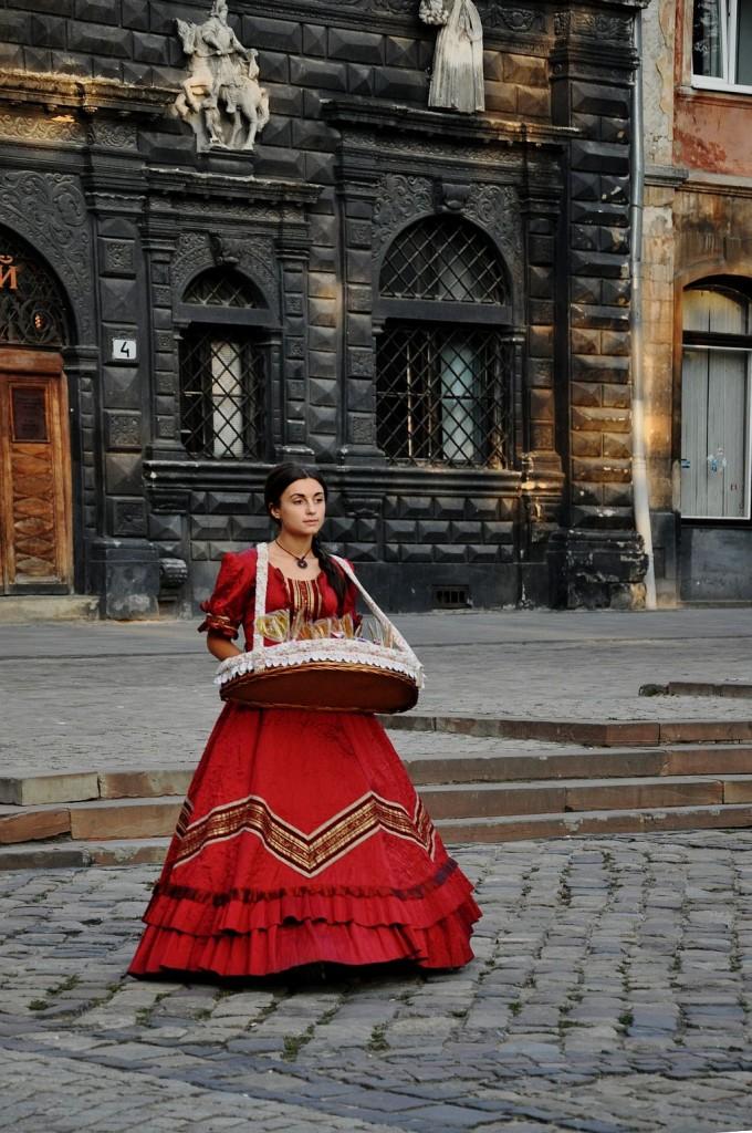 Zdjęcia: Lwów, Lwów, Dziewczynka z ......, UKRAINA