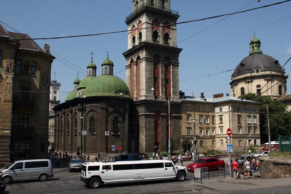 Zdjęcia: Lwów, Zachodnia Ukraina, Limuzyna przed cerkwią, UKRAINA