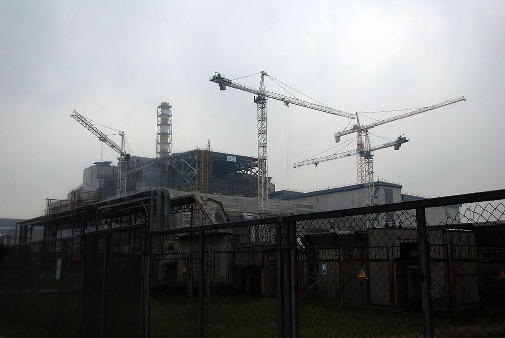 Zdjęcia: Czarnobylska Elektrownia Jądrowa, obwód Kijowski, Stary sarkofag skrywający IV reaktor Czarnobylskiej Elektrowni Jądrowej, UKRAINA